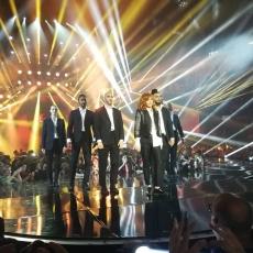 La chanson de l'année 2018 sur TF1 - Arènes de Nîmes - 8 juin 2018 - Mylène Farmer chante Rolling Stone - Photo prise par un fan