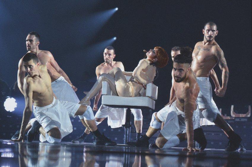 Mylène Farmer et ses danseurs sur Oui mais... Non - Timeless 2013 - Photo publiée dans le livret du DVD / Blu-Ray Timeless 2013 Le Film